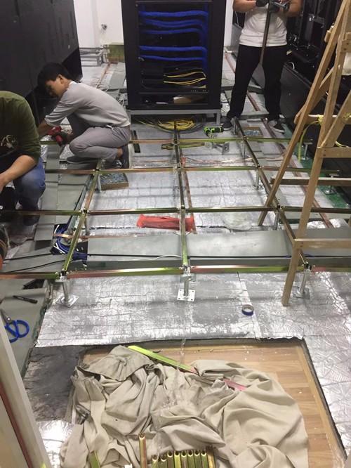 陶瓷面防静电地板施工中的图片